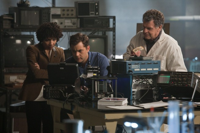 Fringe: Jasika Nicole, Joshua Jackson e John Noble nell'episodio The End of All Things
