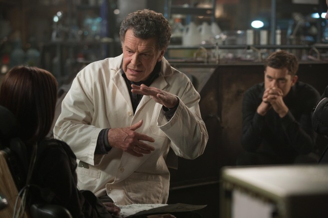 Fringe: John Noble e Joshua Jackson in una scena dell'episodio Forced Perspective