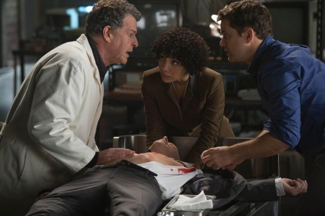 Fringe: Michael Cerveris con Jasika Nicole, Joshua Jackson e John Noble nell'episodio The End of All Things