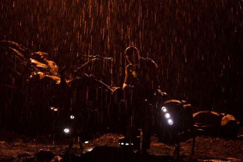 Riddick: Vin Diesel sotto la pioggia in una scena d'azione