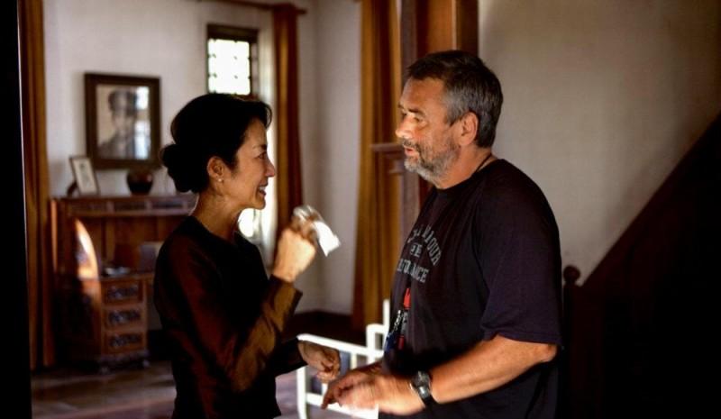Michelle Yeoh sorride al regista Luc Besson sul set di The lady