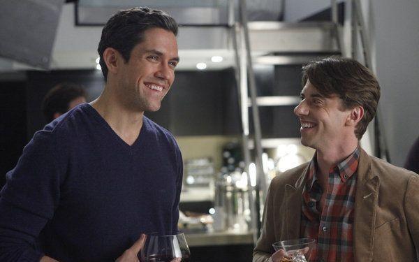 Smash: Neal Bledsoe nel ruolo di John Goodwin e Christian Borle in quello di Tom Levitt nell'episodio Alchimie