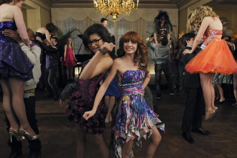 Nemiciperlapelle: Bella Thorne e Zendaya ballano in una scena del film TV