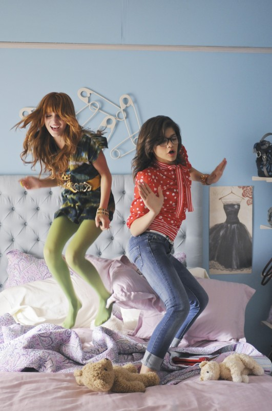 Nemiciperlapelle: Bella Thorne e Zendaya in una scena del film TV