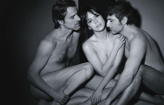 Verónica Sánchez con Ernesto Alterio e Alberto San Juan in una foto promo de La montaña rusa