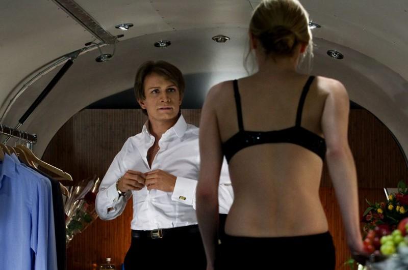 Jérémie Rénier si spoglia davanti ad una donna in una scena di CloClo, del 2012