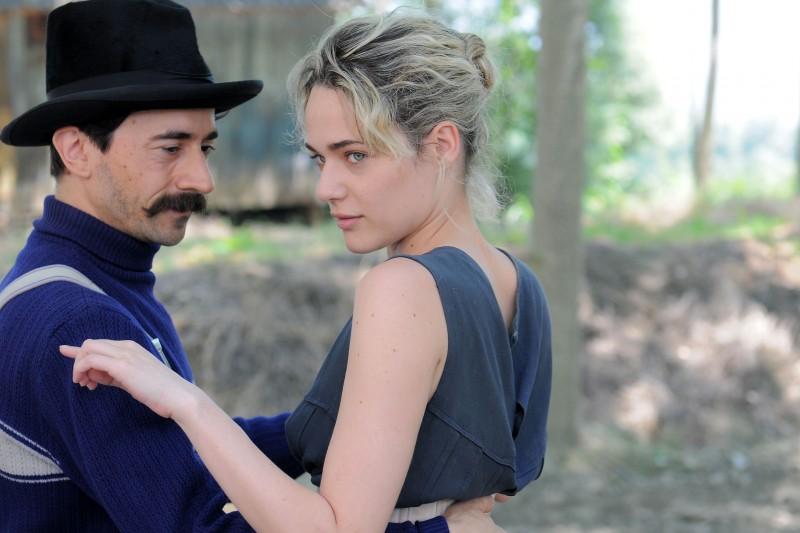 Luigi Lo Cascio e Laura Chiatti in una romantica scena del film tv di Rai Uno, Il sogno del maratoneta