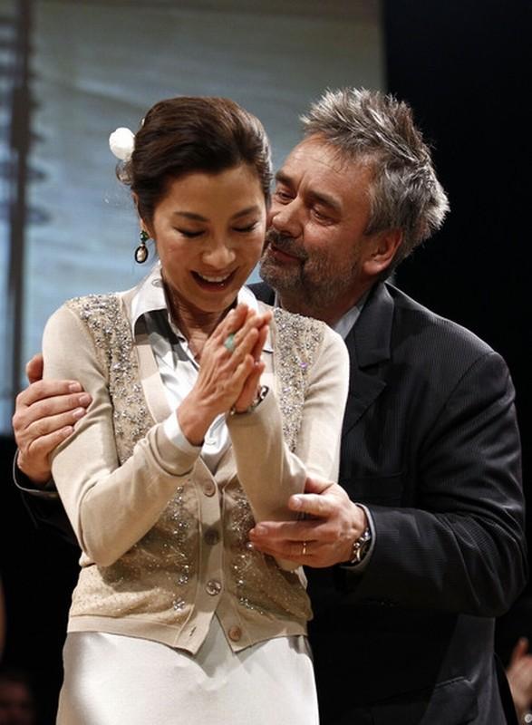 The Lady: Luc Besson abbraccia una commossa Michelle Yeoh sul palco del Cinema for Peace Gala alla 62ma Berlinale