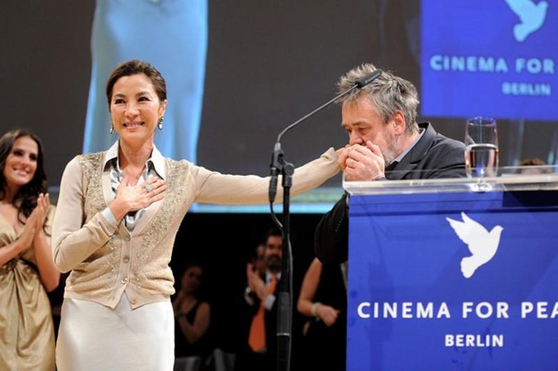 The Lady: Luc Besson bacia la mano di Michelle Yeoh sul palco del Cinema for Peace Gala durante la Berlinale 2012