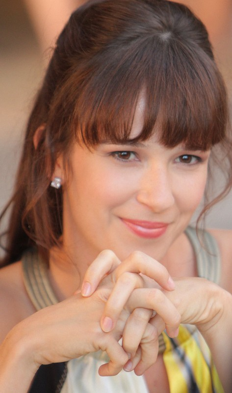 Claire van der Boom in un episodio della serie Hawaii Five-0