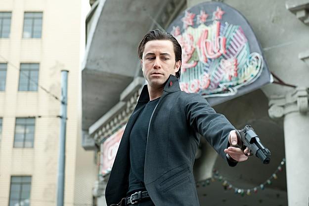 Joseph Gordon-Levitt pistolero in azione in Looper
