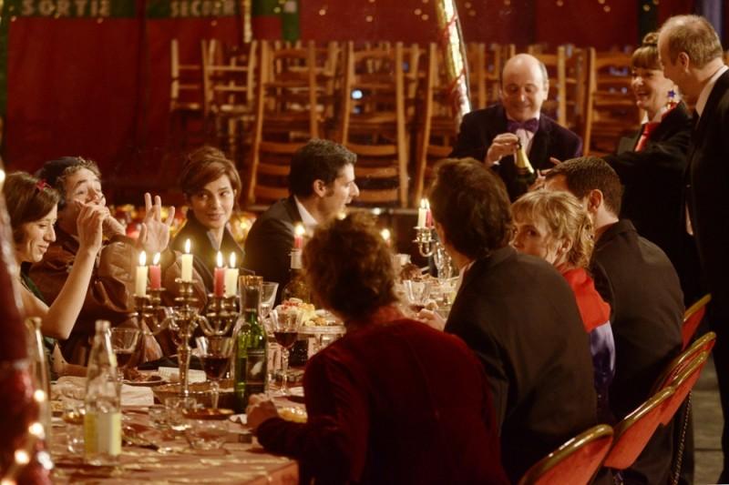 Ciliegine: Laura Morante in un'affollatissima scena del film