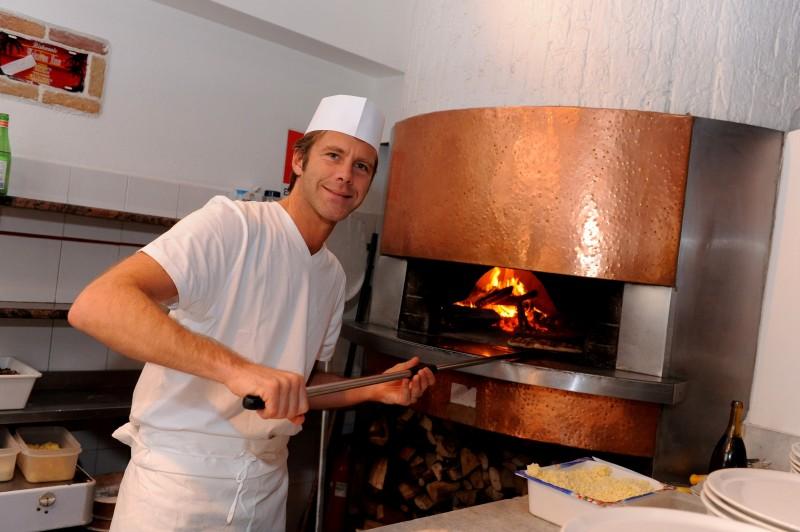 Emanuele Filiberto di Savoia è un pizzaiolo 'principiante' nel reality Il lavoro nobilita.