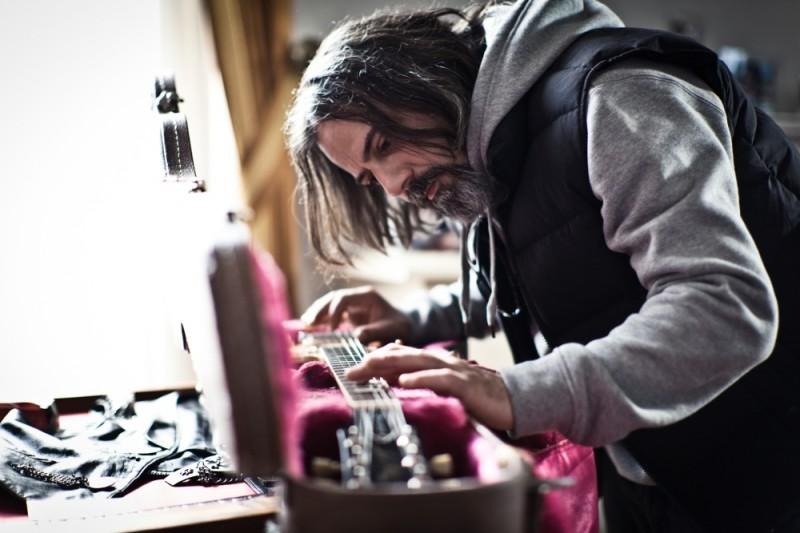 I più grandi di tutti: Dario 'Kappa' Cappanera ammira la sua chitarra in una scena del film