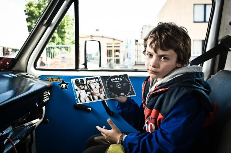 I più grandi di tutti: il piccolo Niccolò Belloni in una scena del film guarda sconsolato una copia del cd dei Pluto
