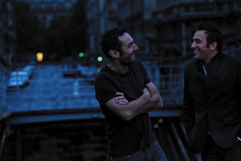 Jean Dujardin e Gilles Lellouche sorridono in una scena de Gli infedeli