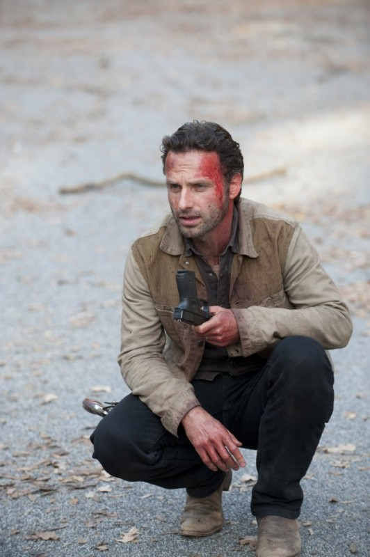 The Walking Dead: Andrew Lincoln in una scena dell'episodio La linea del fuoco