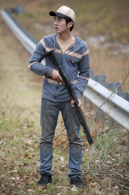 The Walking Dead: Steven Yeun in una scena dell'episodio La linea del fuoco