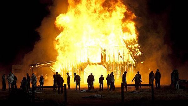 The Walking Dead: Un'apocalittica scena dell'episodio La linea del fuoco
