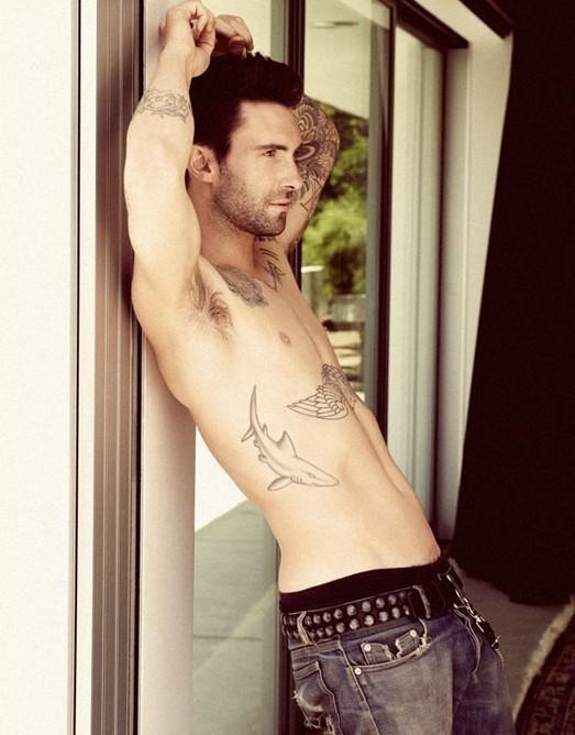 Adam Levine in una photoshoot pubblicato dal magazine gay Out