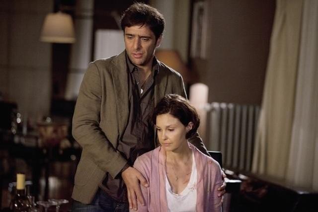Adriano Giannini e Ashley Judd nell'episodio pilota della serie Missing