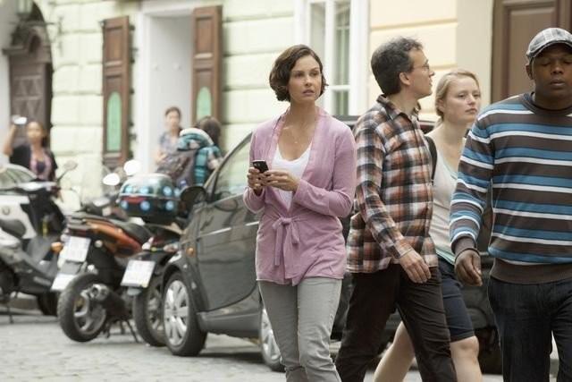 Ashley Judd in un'animata via cittadina, nell'episodio pilota della serie Missing