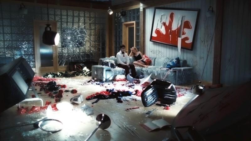Dark Shadows: Johnny Depp ed Eva Green sul divano in una bizzarra immagine del film