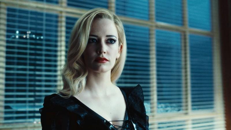 Dark Shadows: l'intenso sguardo di Eva Green catturato in una scena del film