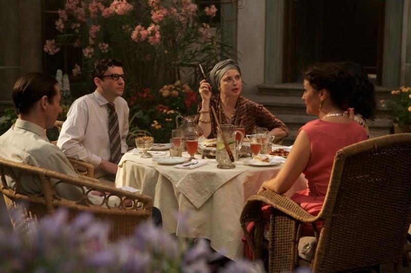 Isabella Rossellini insieme a Eric Caravaca in una scena del film Pollo alle prugne