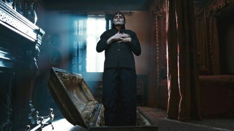 Johnny Depp è Barnabas Collins in una 'funerea' scena di Dark Shadows