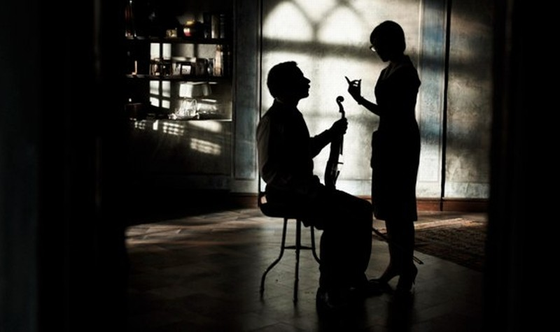 Mathieu Amalric in penombra in una scena di Pollo alle prugne