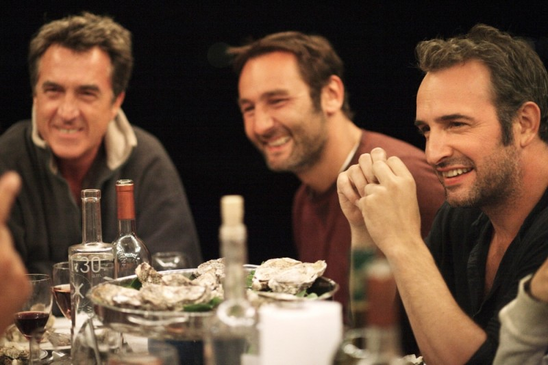 Piccole bugie tra amici: Gilles Lellouche con Jean Dujardin e François Cluzet in una scena del film