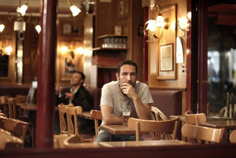 Piccole bugie tra amici: Gilles Lellouche è pensieroso in una scena del film