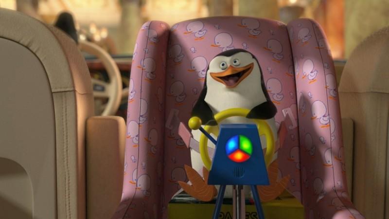 Madagascar 3: ricercati in Europa, il delizioso baby pinguino sul seggiolone in una scena del film