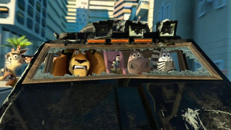 Madagascar 3: ricercati in Europa, Melman, Marty, Alex e Gloria insieme al baby pinguino a tutta velocità in una scena del film