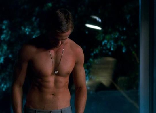 Crazy, Stupid Love: Ryan Gosling si toglie la t-shirt in una scena
