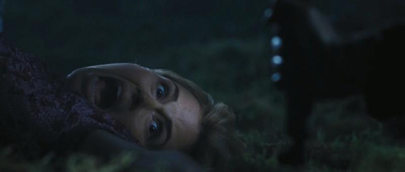 Anna Hutchison a terra terrorizzata in una scena di Quella casa nel bosco