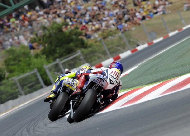 Fastest - Il più veloce: Jorge Lorenzo insegue Valentino Rossi in una scena del film evento sul più veloce dei piloti italiani