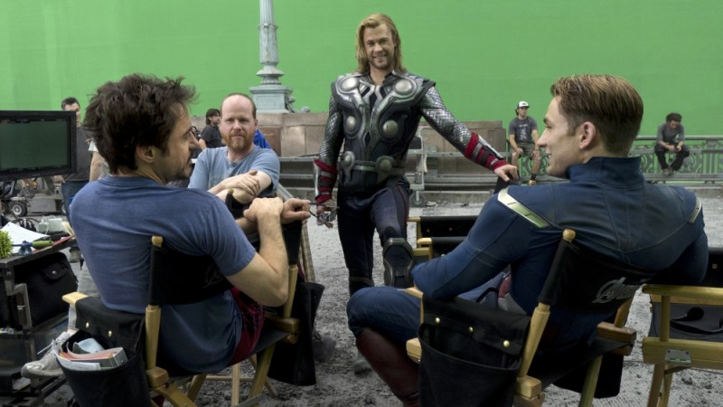 Chris Hemsworth, Robert Downey Jr. e Chris Evans sul set di The Avengers insieme al regista Joss Whedon