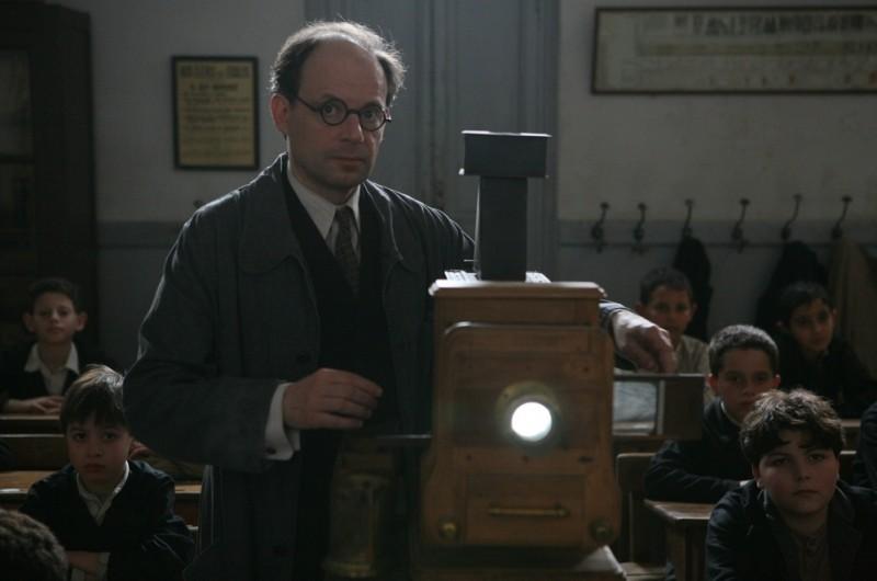 Denis Podalydès nei panni del maestro Bernard in una scena de Il primo uomo