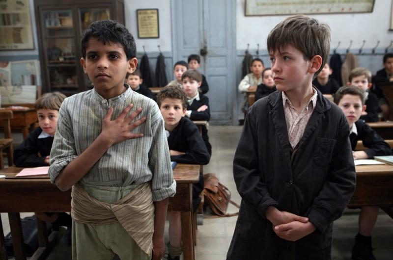Il piccolo Nino Jouglet con un compagno di classe in una scena de Il primo uomo