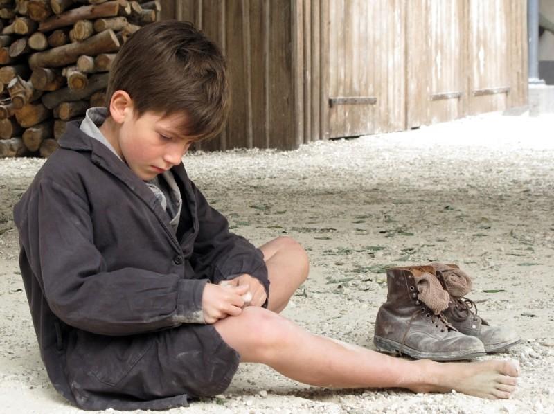 Il piccolo Nino Jouglet in una tenera scena de Il primo uomo