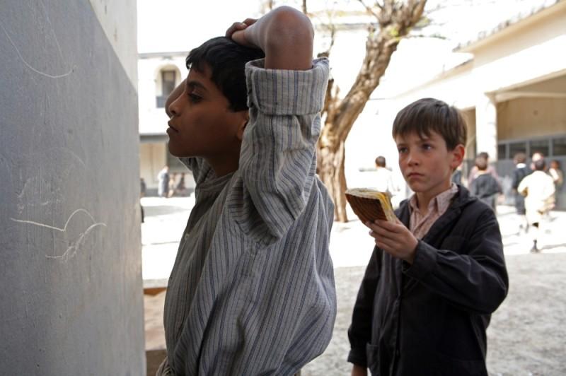 Il piccolo Nino Jouglet offre da mangiare ad un compagno di scuola in una scena de Il primo uomo