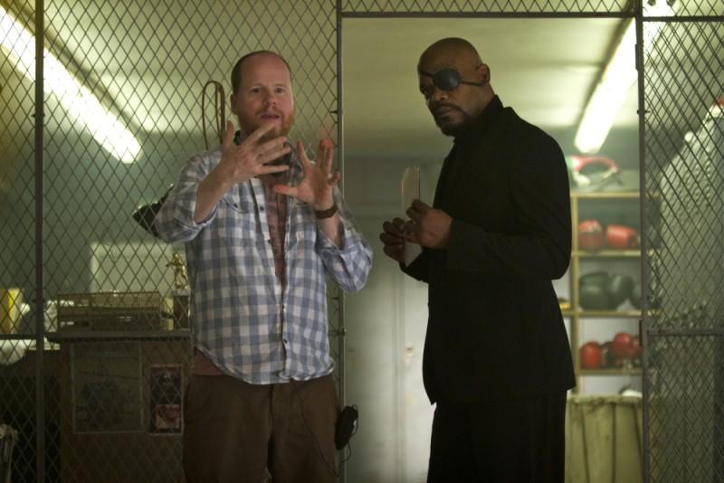 Il regista Joss Whedon parla con Samuel L. Jackson sul set di The Avengers