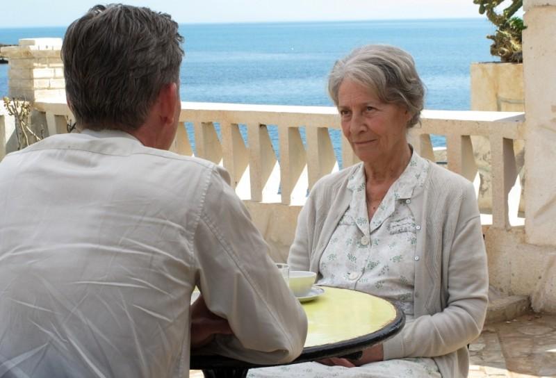 Jacques Gamblin, di spalle, in una scena de Il primo uomo con Catherine Sola
