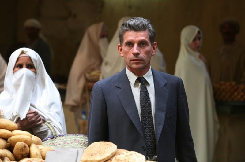 Jacques Gamblin in un mercato di Algeri in una scena de Il primo uomo