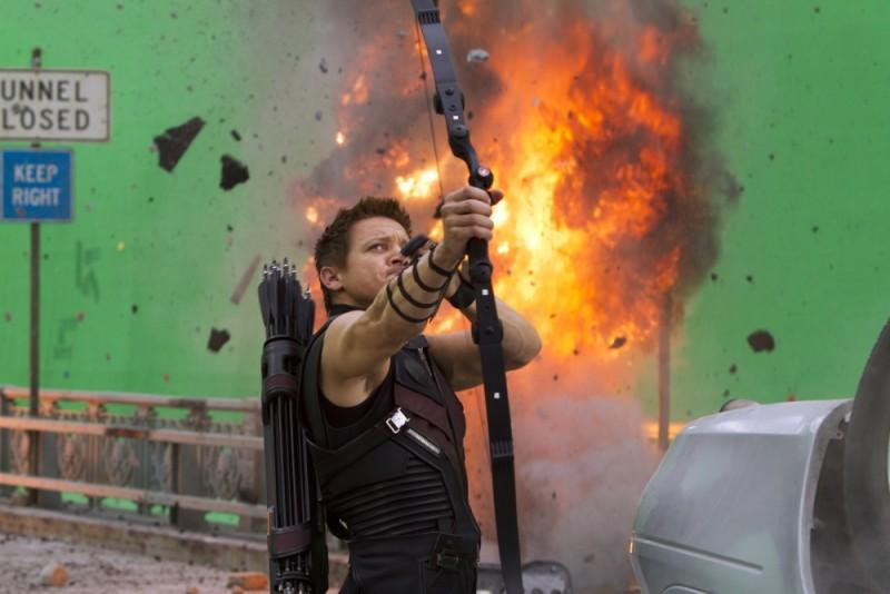 Jeremy Renner nei panni di Occhio di Falco alle prese con il green screen sul set di The Avengers