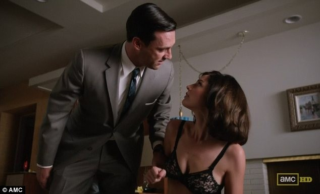 Jon Hamm e Jessica Paré nell'episodio A Little Kiss - Part 2 della quinta stagione di Mad Men