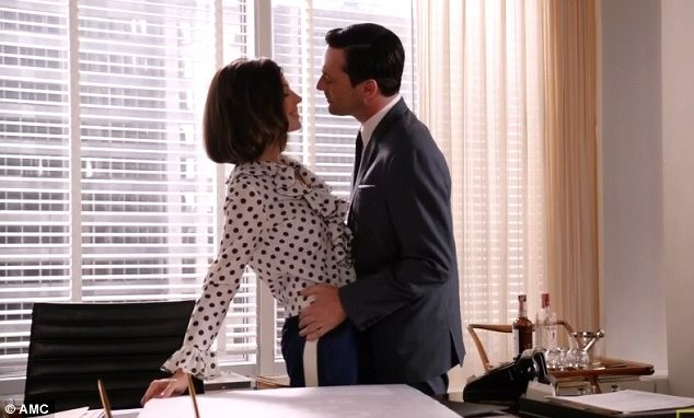 Jon Hamm e Jessica Paré nell'episodio A Little Kiss - Part 1 della quinta stagione di Mad Men