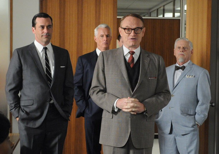 Jon Hamm, John Slattery, Jared Harris e Robert Morse nell'episodio A Little Kiss - Part 2 della quinta stagione di Mad Men